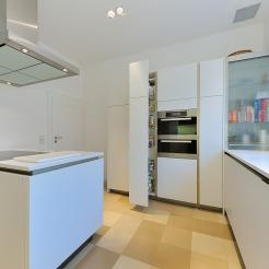 Weisse Grifflose Küche Mit Halb Geöffnetem Apothekerschrank