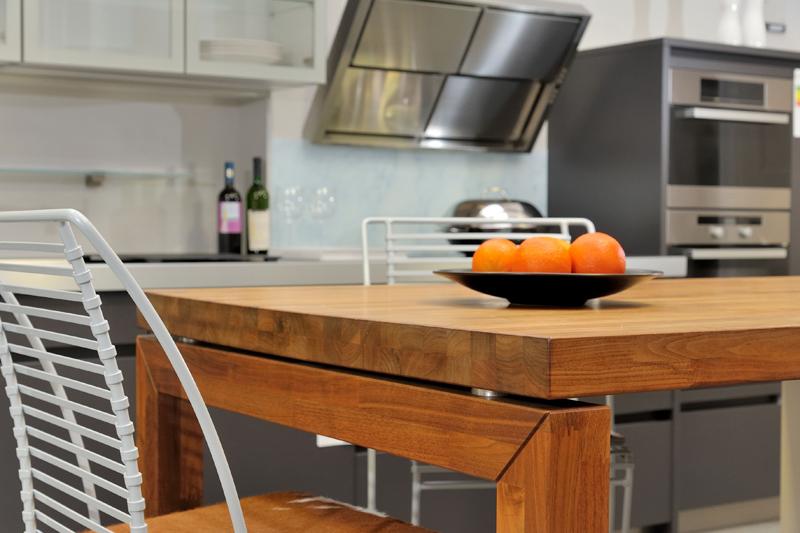 nichts sch ner als ein gro er esstisch in der k che k chenkompass. Black Bedroom Furniture Sets. Home Design Ideas